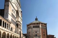 Piazza-del-Comune-Cremona-Cattedrale-battistero-sole-cielo-azzurro
