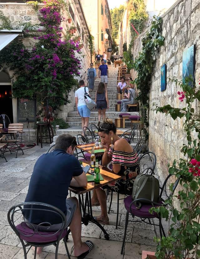 hvar-croazia-bar-pittoresco-tavolini-allaperto