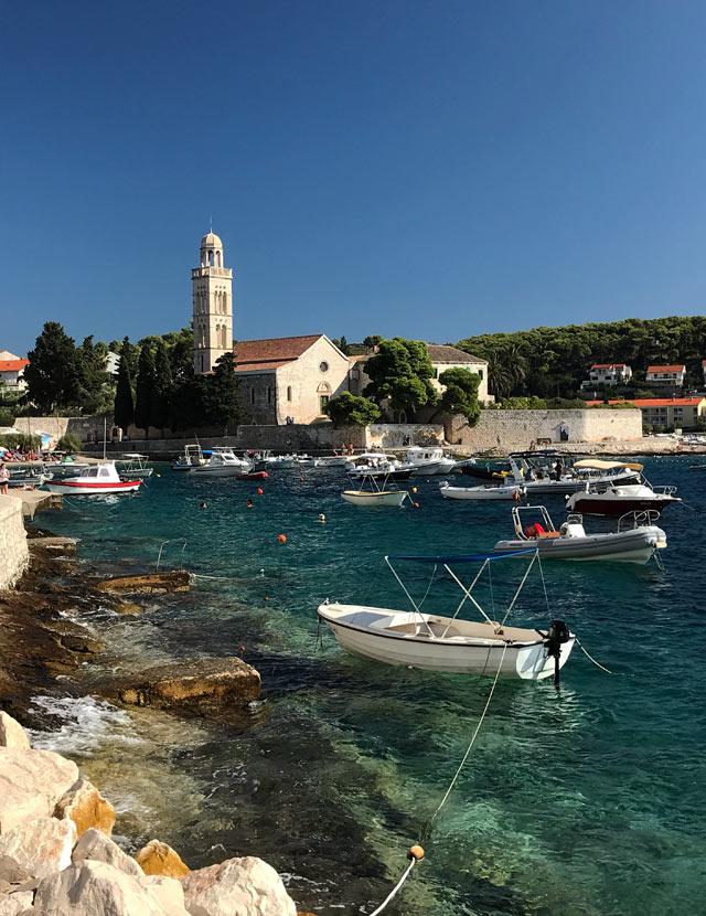 hvar-croazia-barche-mare-e-monastero-francescano