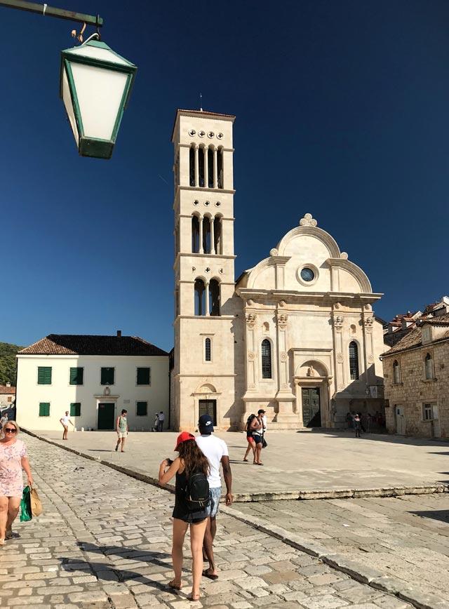 hvar-croazia-coppia-davanti-alla-cattedrale