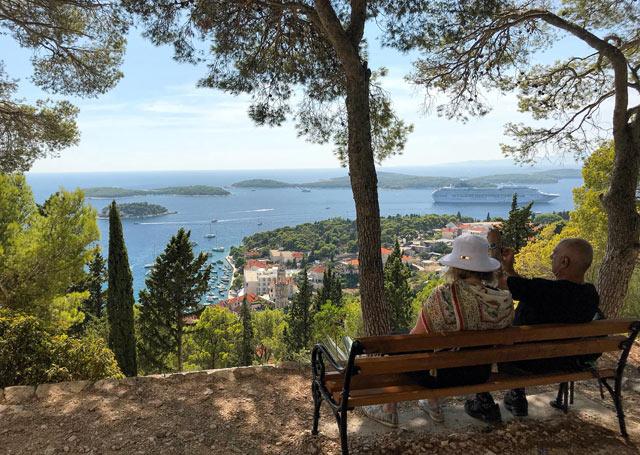 hvar-croazia-coppia-guarda-il-panorama-panchina