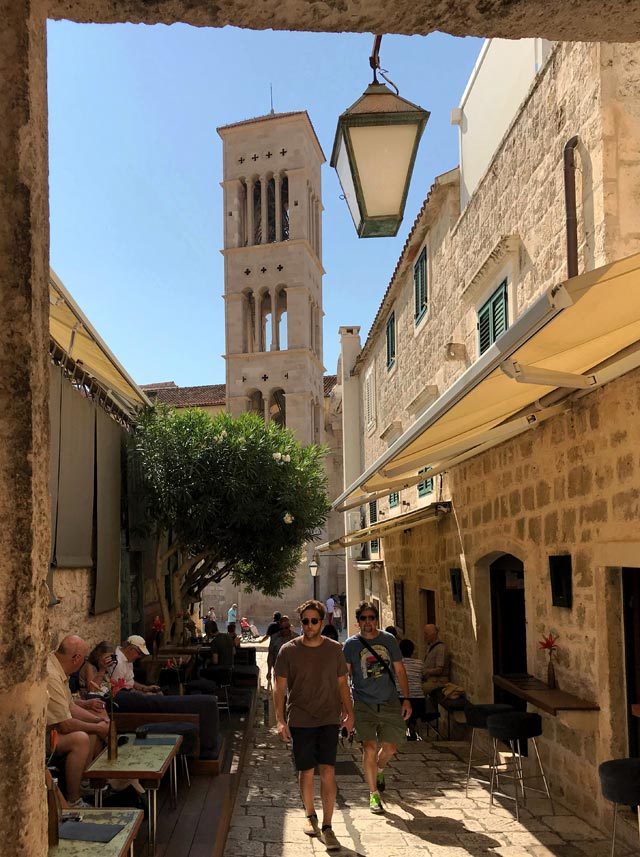 hvar-croazia-scorcio-con-turisti-e-campanile