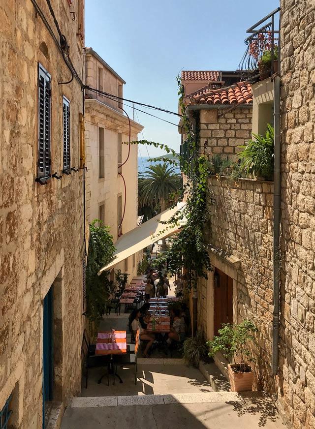 hvar-croazia-strada-con-ristorante-allaperto
