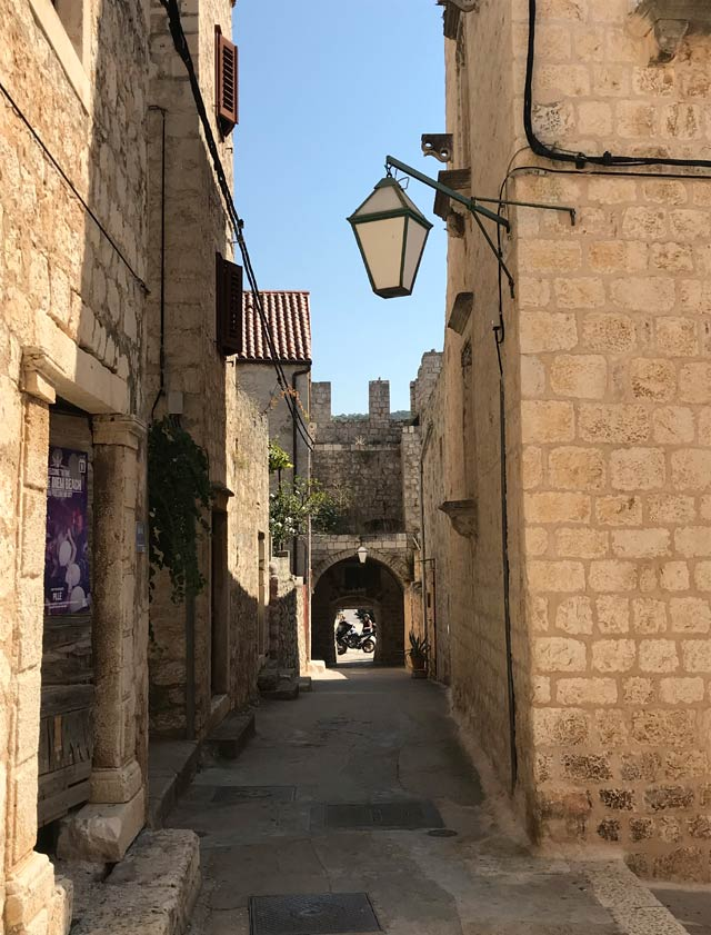 hvar-strada-con-porta-nelle-mura-antiche