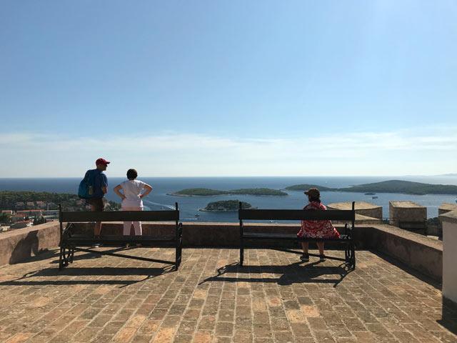 hvar-turisti-guardano-il-panorama-dalla-fortezza