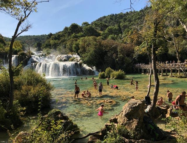 parco-krka-turisti-fanno-bagno-sotto-le-cascate