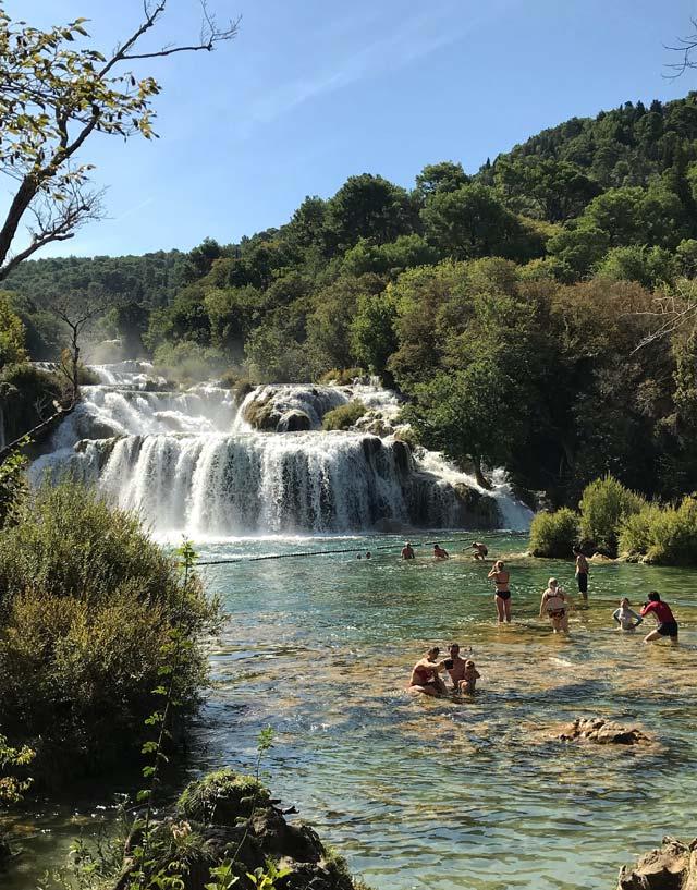 parco-nazionale-krka-turisti-fanno-il-bagno