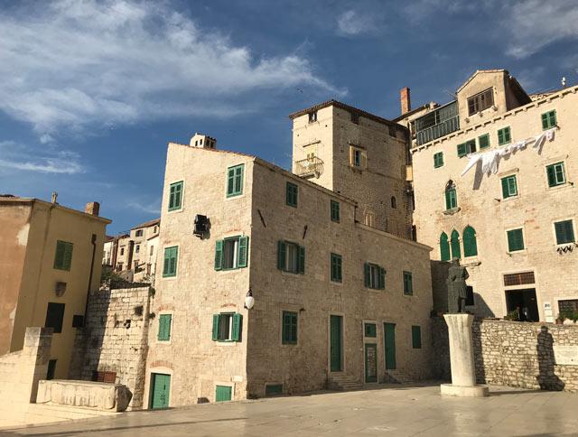sebenico-croazia-case-con-le-finestre-verdi