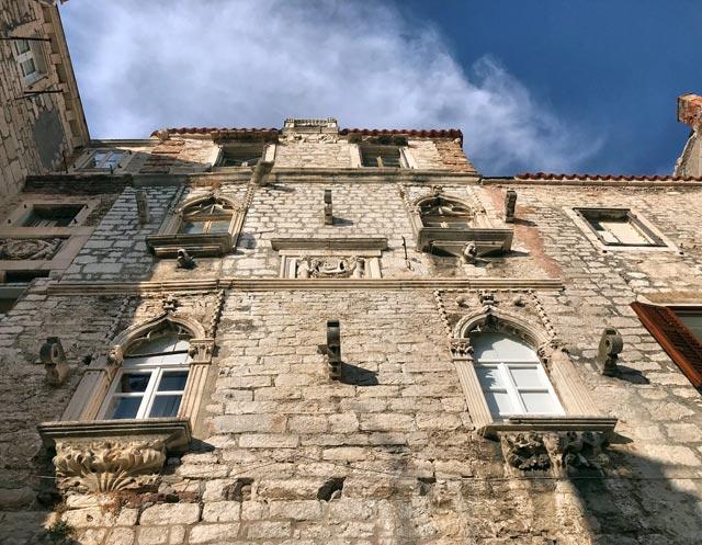 sebenico-palazzo-con-sculture-e-insegne-stile-veneziano