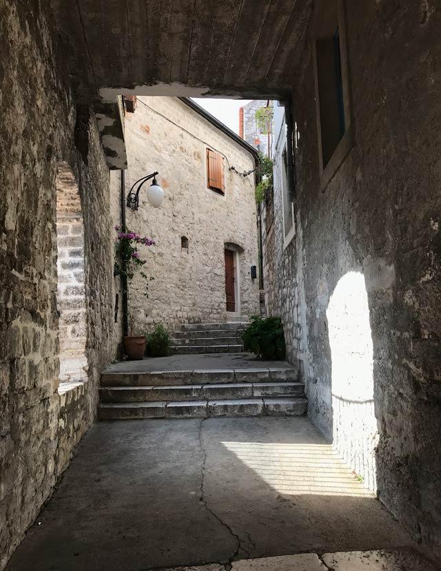 sebenico-passaggio-coperto-nel-centro-storico