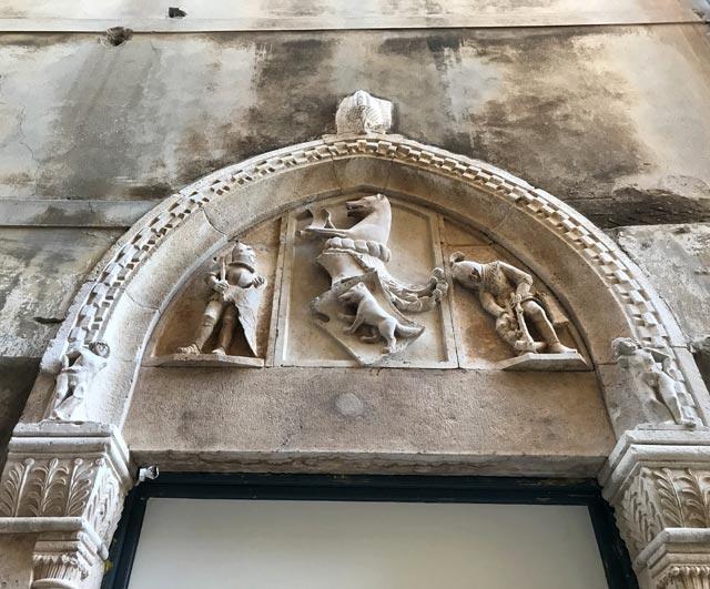 sebenico-portale-antico-di-casa-scolpito-stemmi