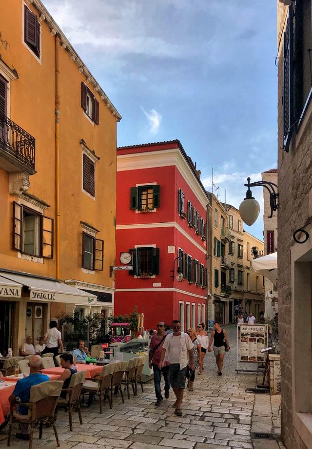 sebenico-turisti-passeggiano-nel-centro-storico