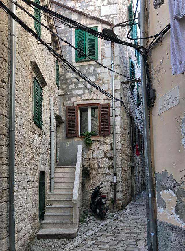 sebenico-via-del-centro-storico-motorino
