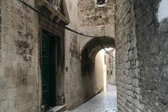 sebenico-croazia-via-nel-centro-storico-arco-tra-le-case