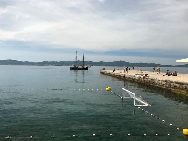 zara-lungomare-con-barca-e-campo-da-pallanuoto