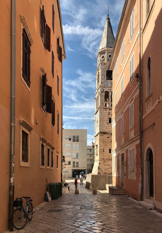 zara-vista-del-centro-storico-con-campanile