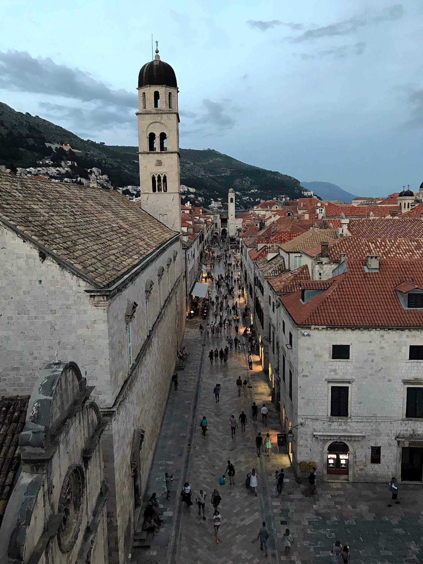Dubrovnik-Croazia-tour-delle-mura-vista-dello-Stradun
