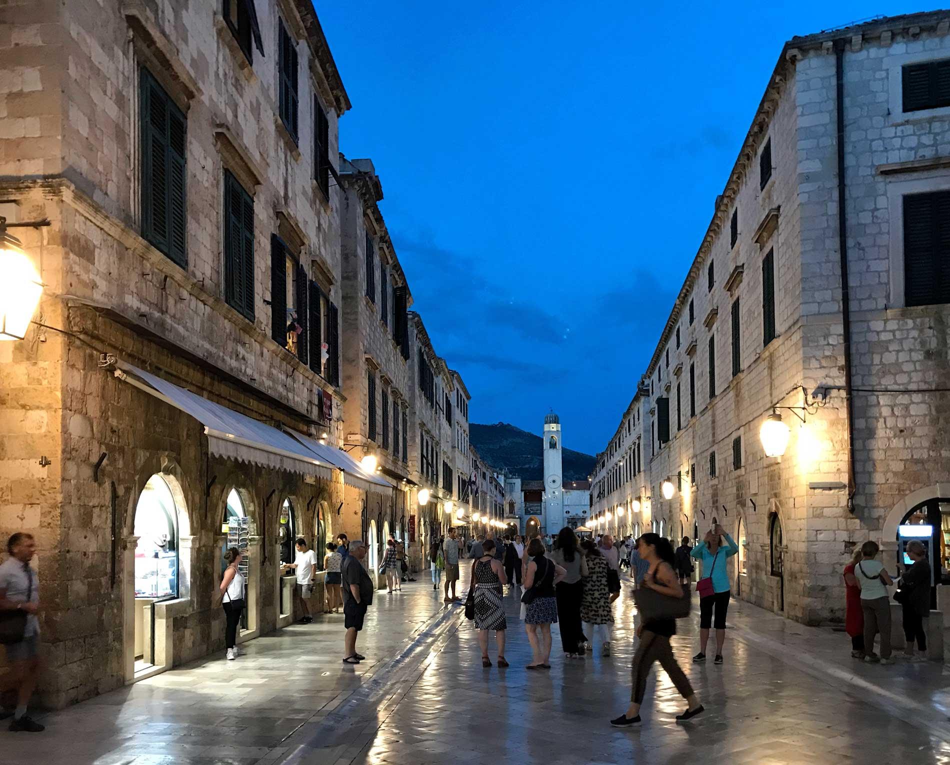 Dubrovnik-Croazia-Stradun-ora-blu-turisti-torre-dellorologio