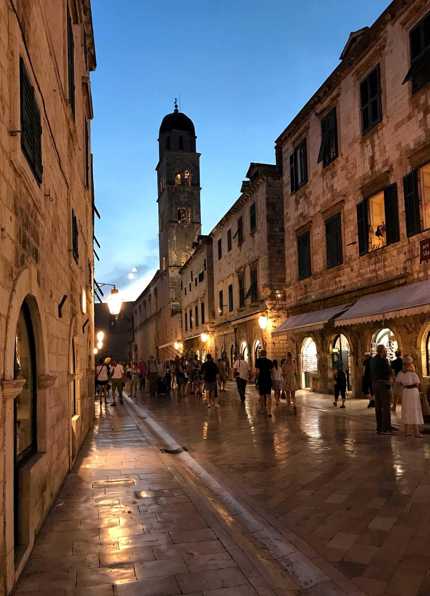 Stradun-Dubrovnik-Croazia-luci-tramonto-ora-blu