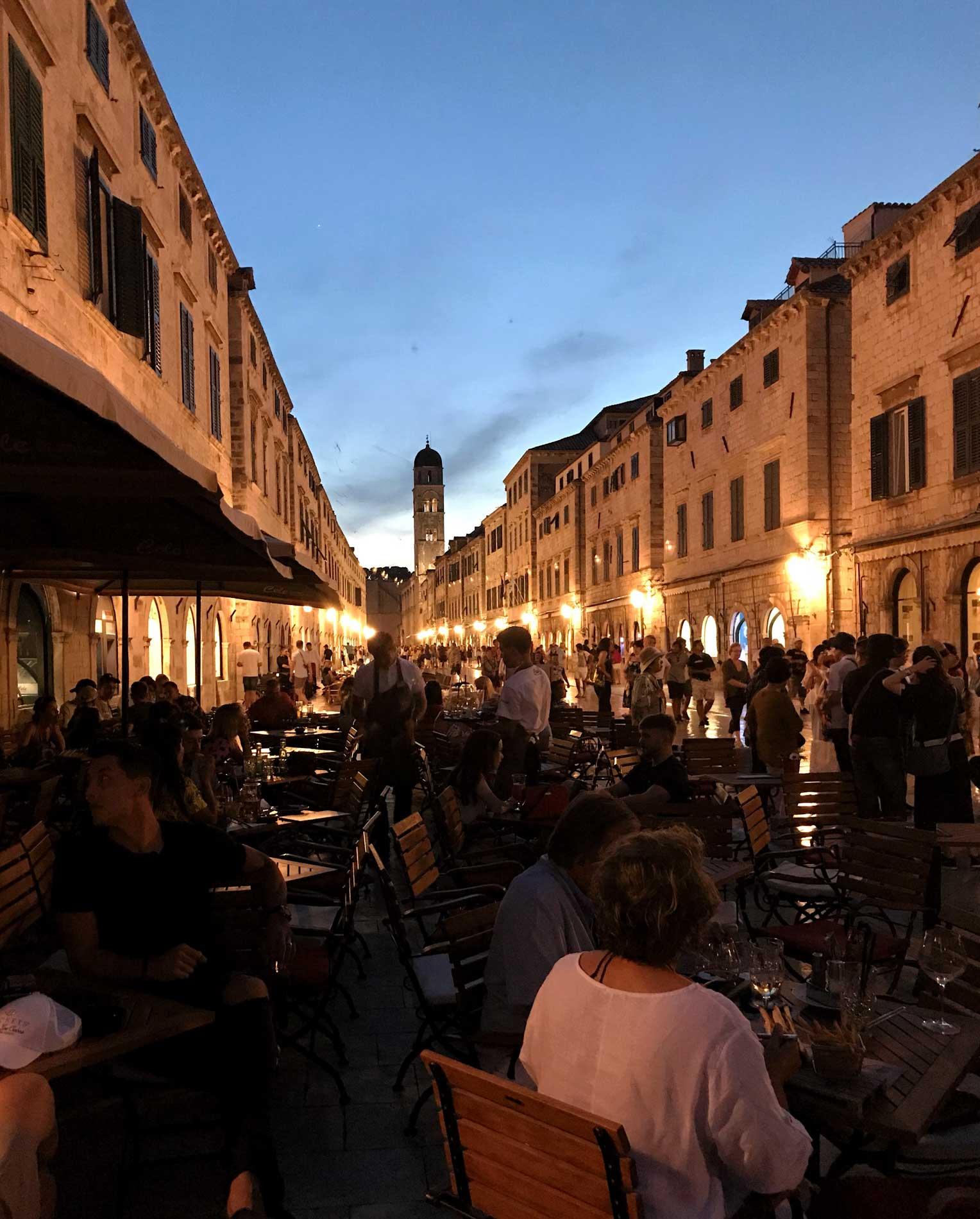 Stradun-Dubrovnik-Croazia-luci-tramonto-tavolini-ristorante-turisti