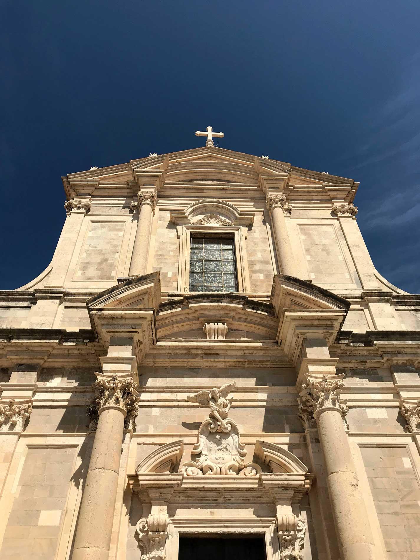 Chiesa-del-Gesu-Dubrovnik-facciata-barocca-cielo-blu