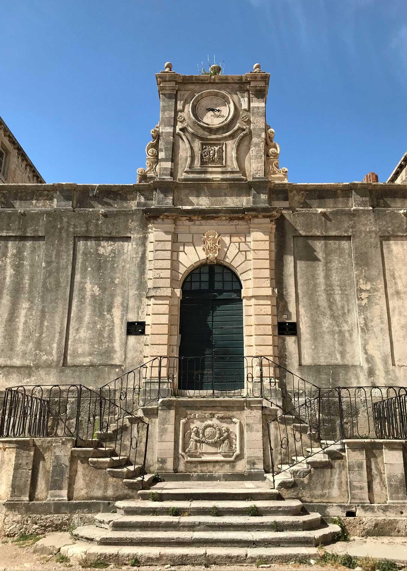 Chiesa-del-Gesu-Dubrovnik-scalinata-pietra-porta-verde