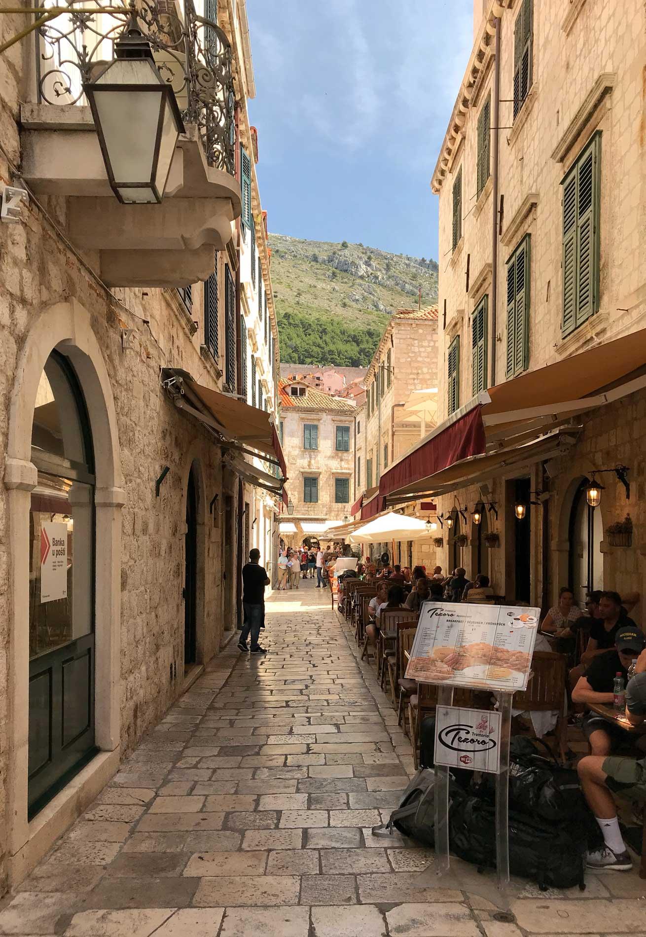 Dubrovnik-Croazia-strada-Citta-Vecchia-turisti-tavolini-Stradun