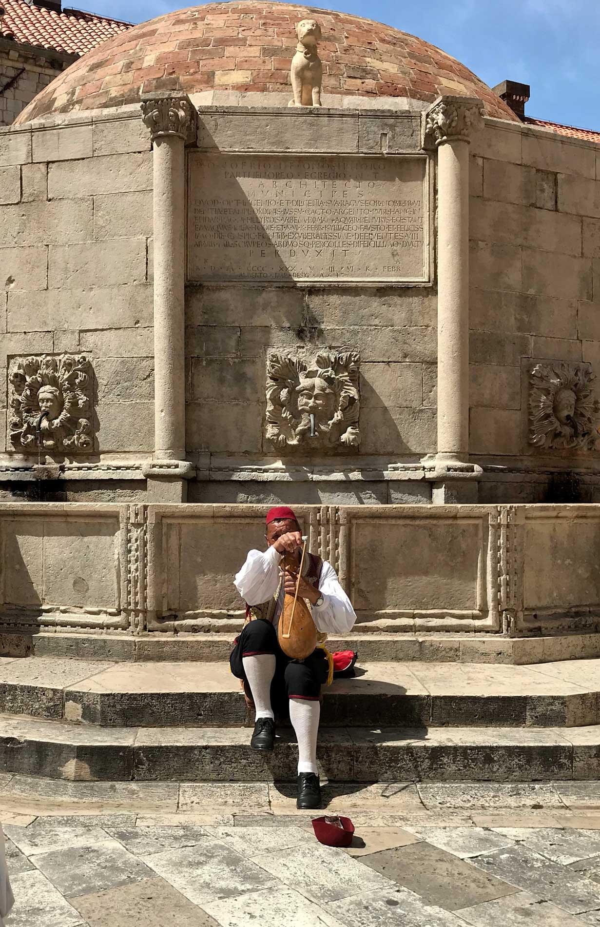 Dubrovnik-Fontana-Grande-di-Onofrio-uomo-vestiti-tipici