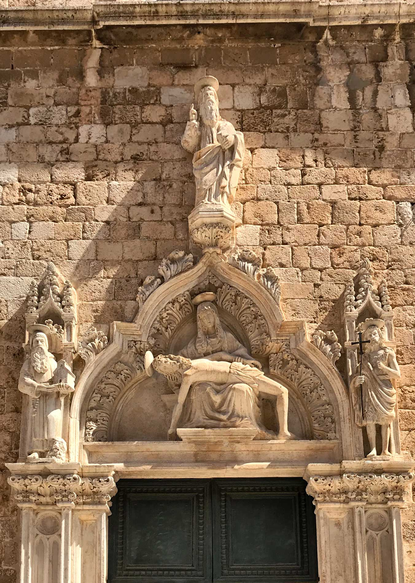 Dubrovnik-Croazia-chiesa-monastero-di-San-Francesco-portale-scolpito