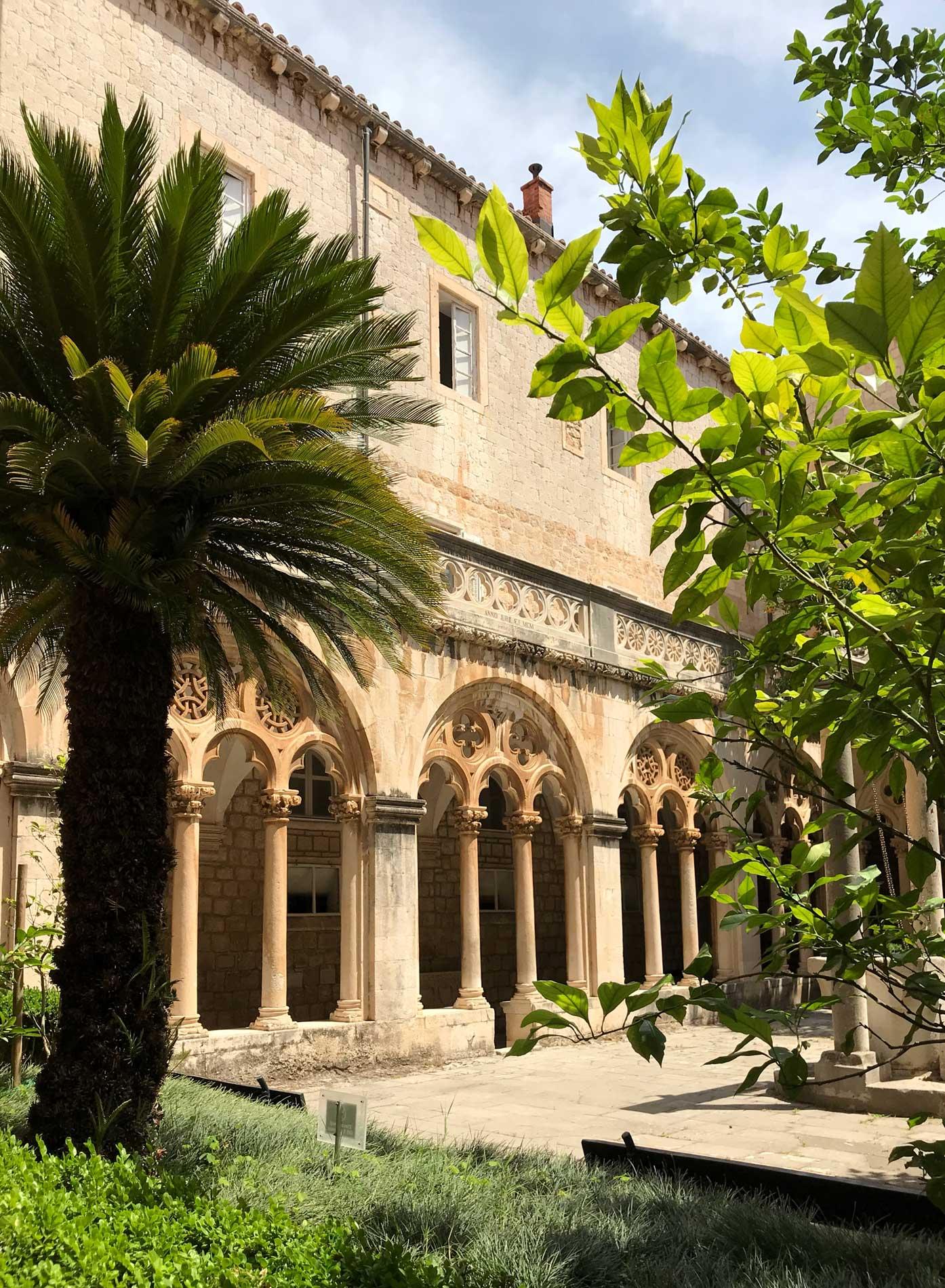 Dubrovnik-Croazia-monastero-dei-benedettini-chiostro-finestre