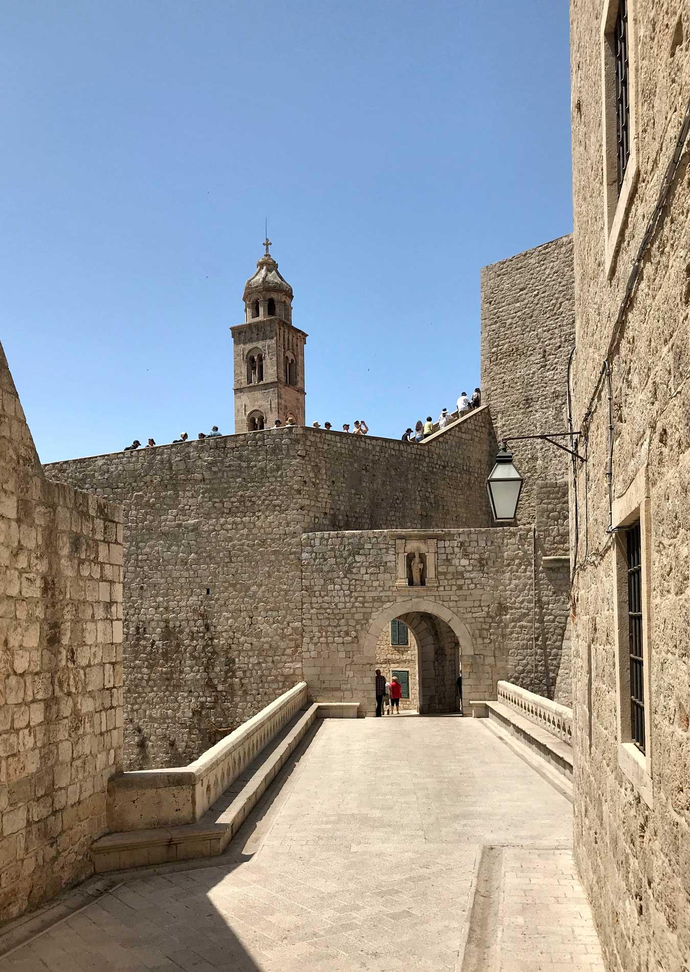 Dubrovnik-Croazia-Porta-Ploce-campanile-chiesa-dei-benedettini