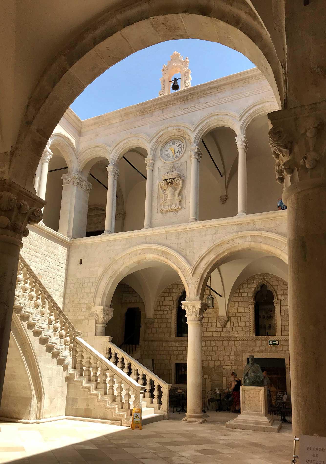 Dubrovnik-Croazia-Palazzo-dei-rettori-cortile-centrale-pietra-bianca