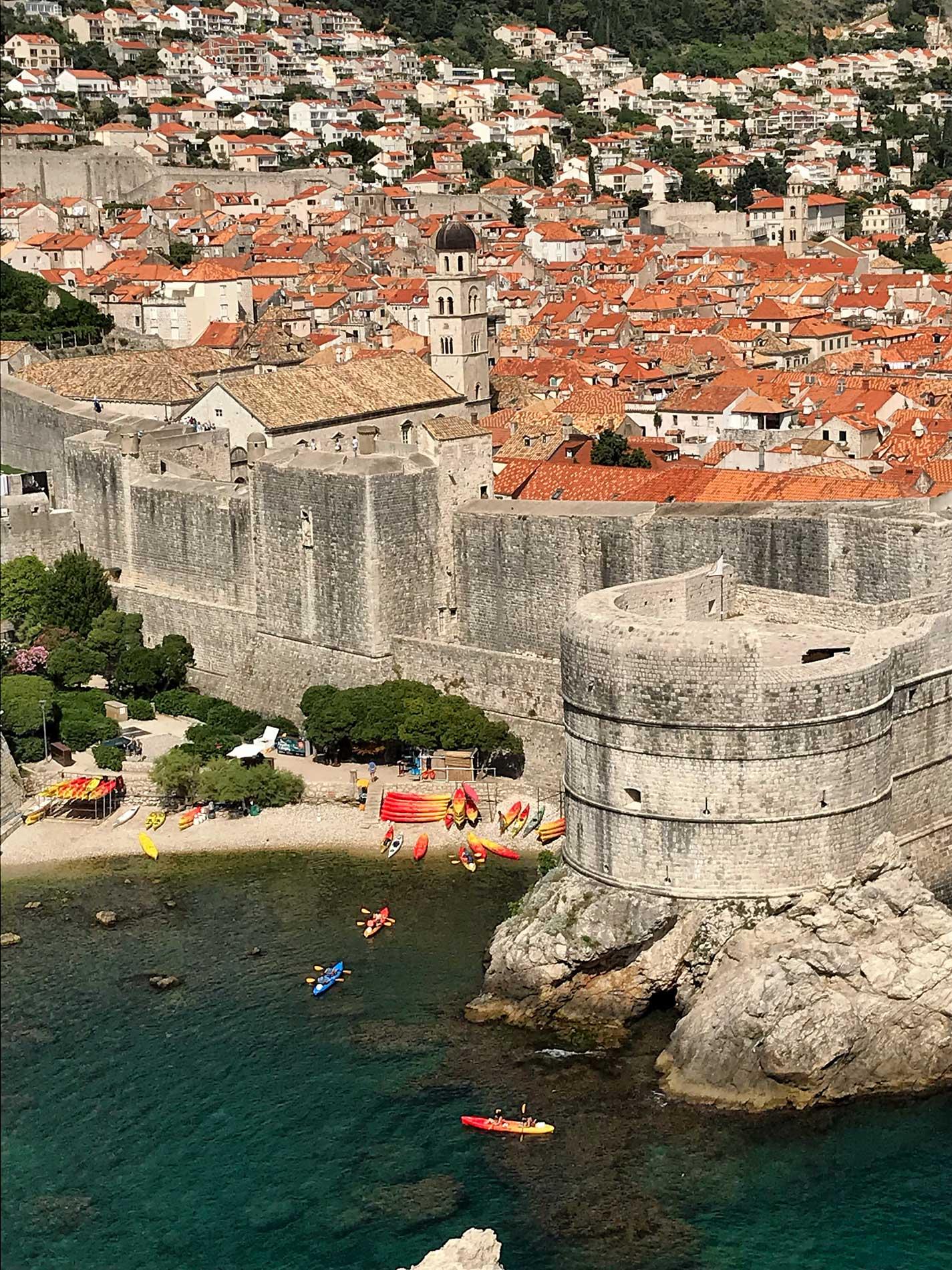 Dubrovnik-Croazia-panorama-da-Forte-Lovrijanec-tetti-rossi-kayak