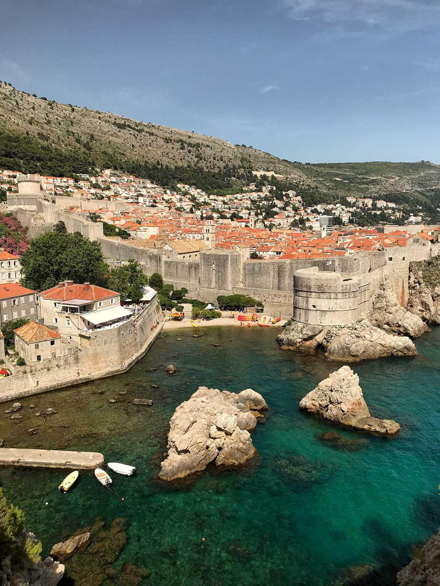 Dubrovnik-Croazia-panorama-da-Fort-Lovrijanec-tetti-rossi-mare