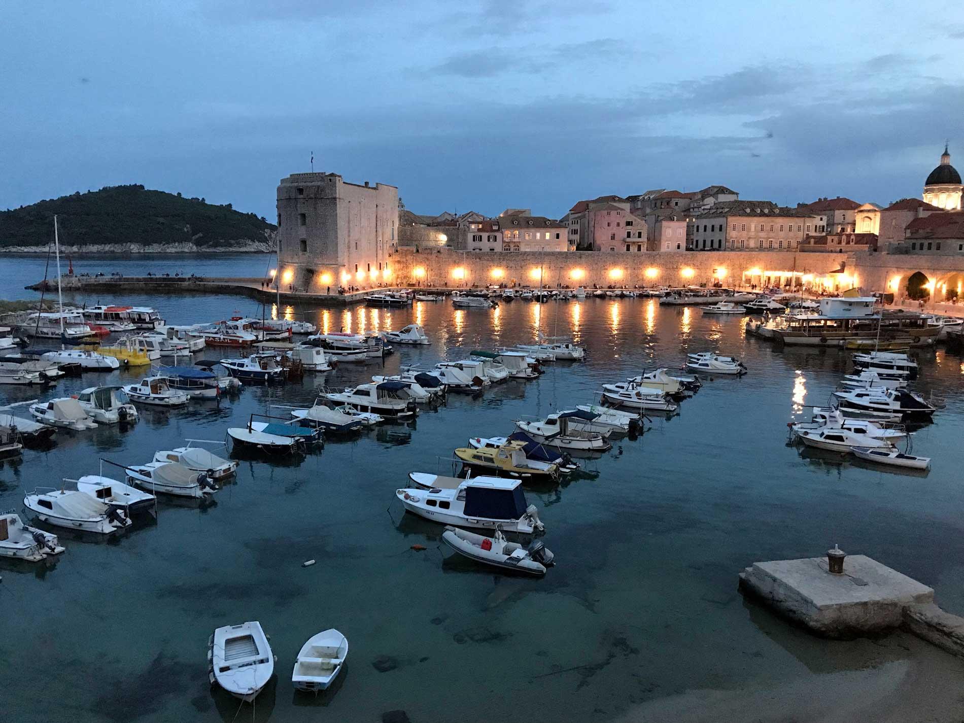 Dubrovnik-Croazia-Porto-Vecchio-barche-fortezza-san-Giovanni-ora-blu
