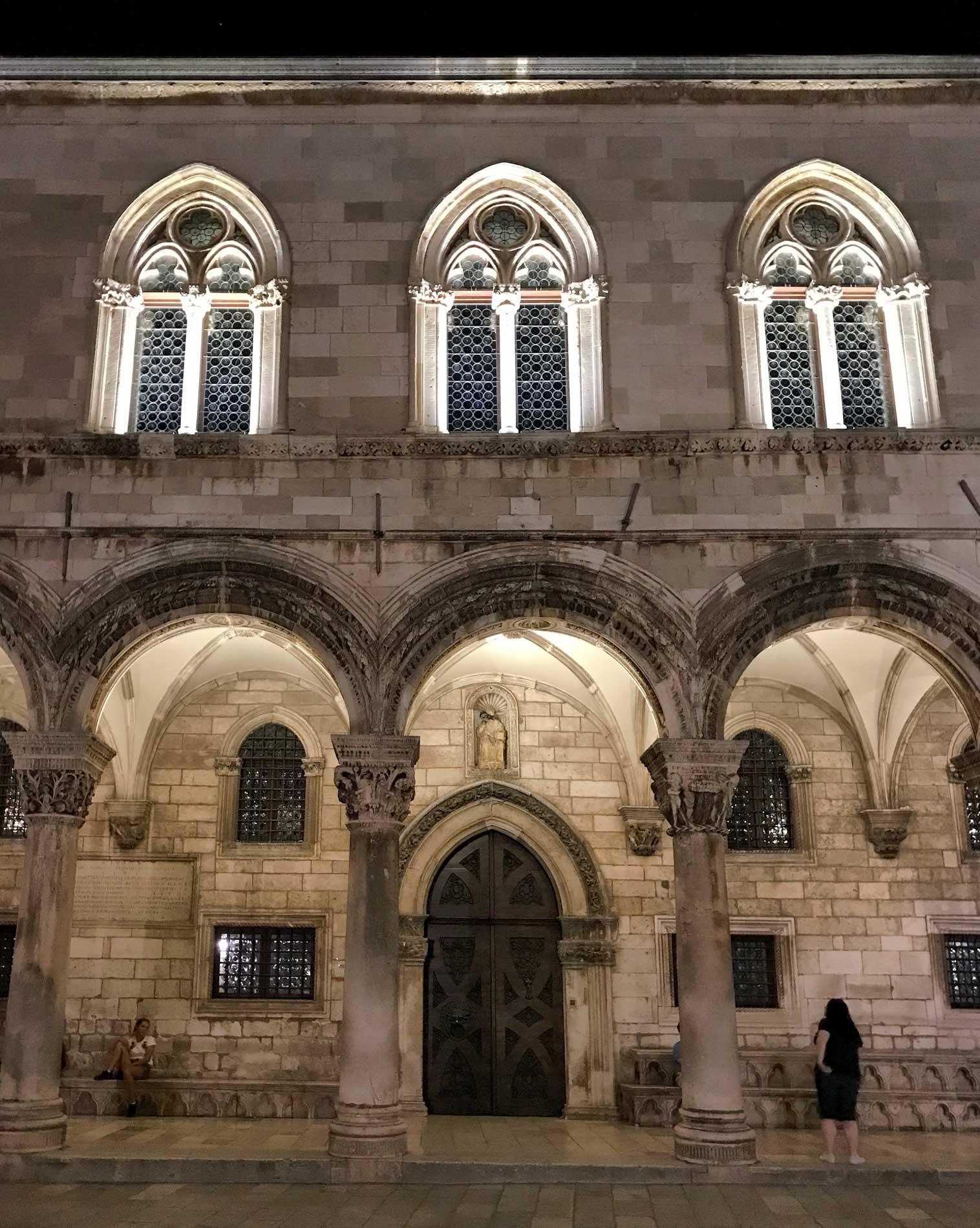 Dubrovnik-Croazia-Palazzo-dei-Rettori-by-night-arcate