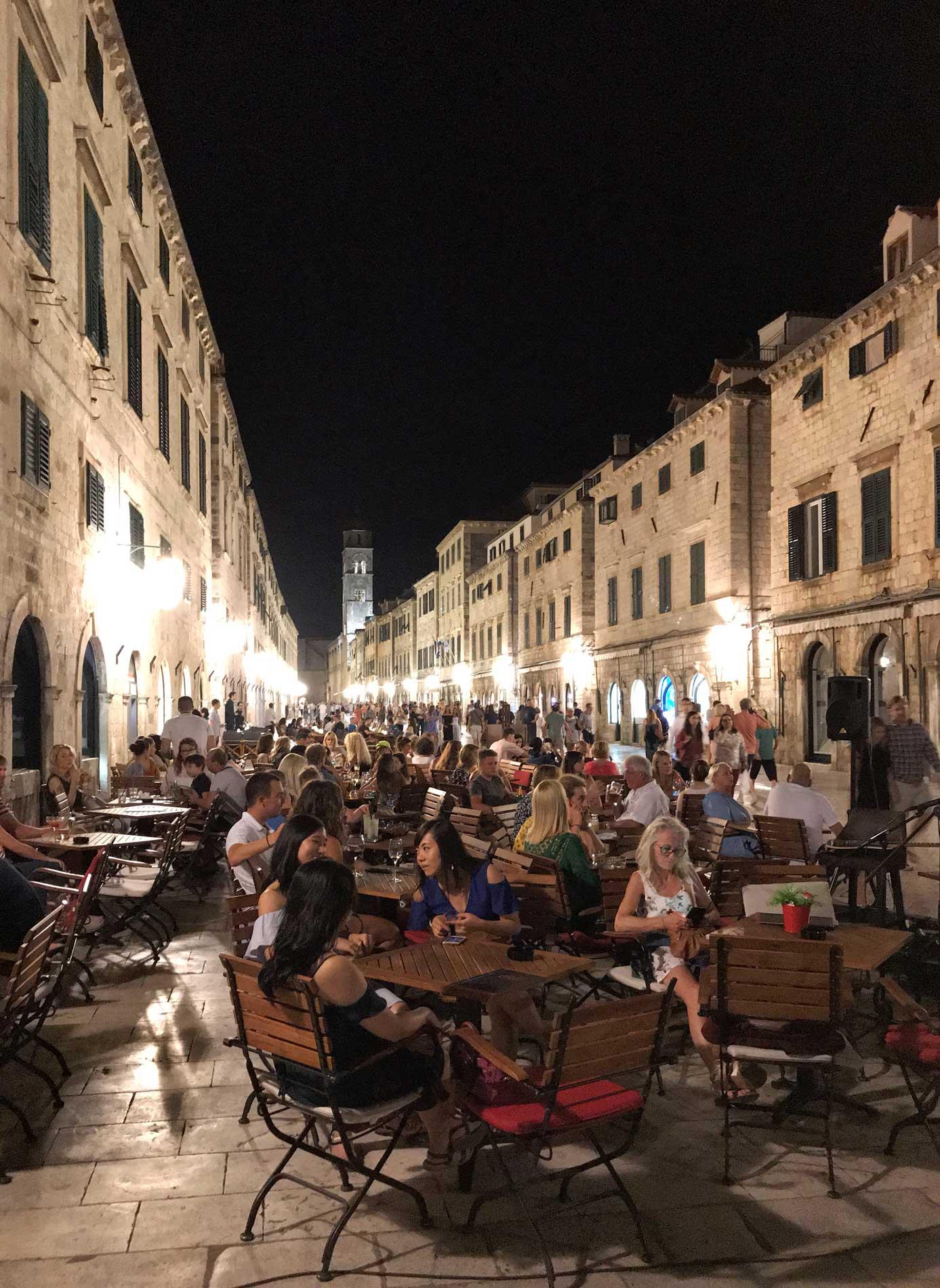 Dubrovnik-Croazia-Stradun-by-night-turisti-tanti-tavolini-ristoranti