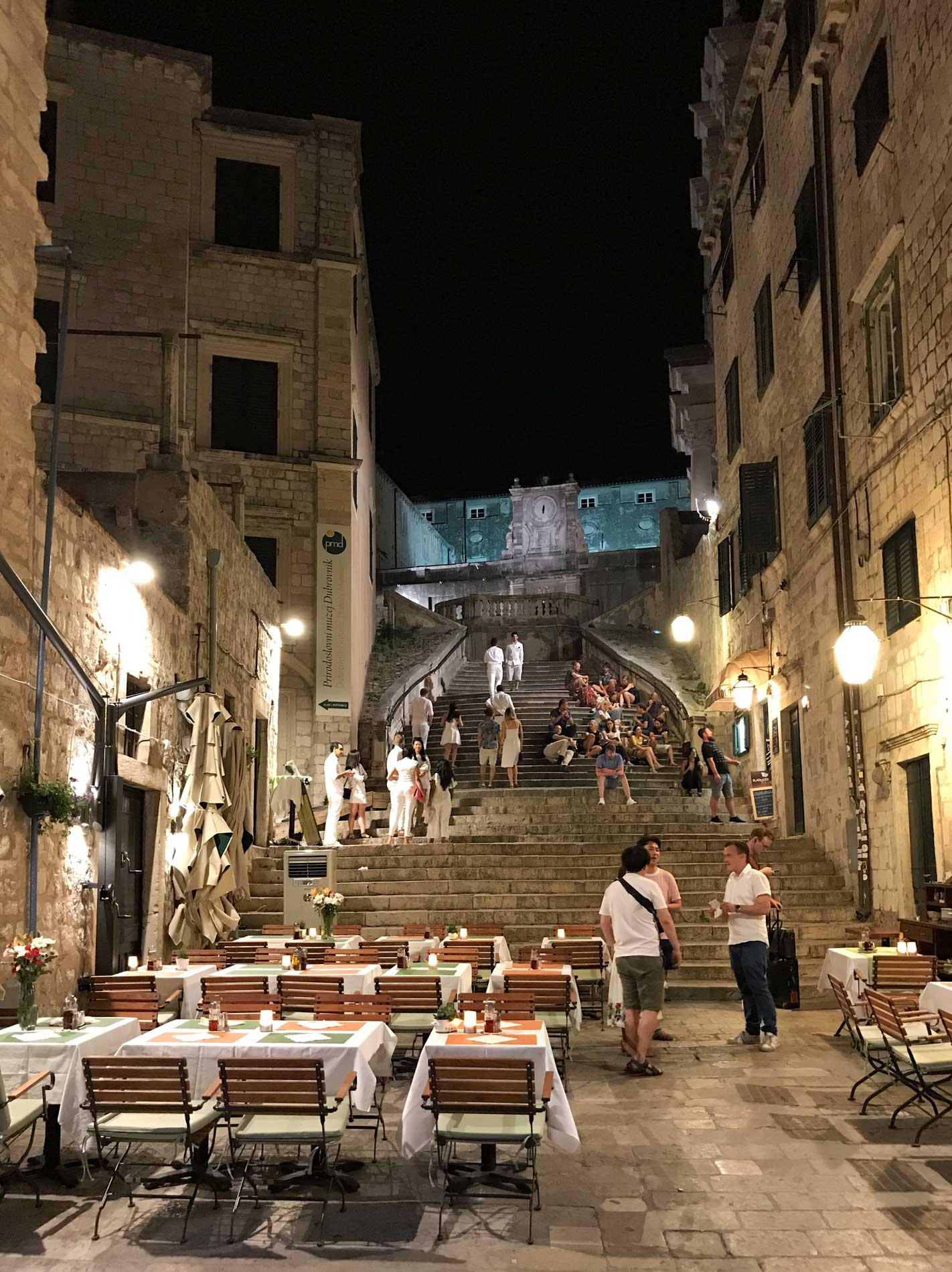 Dubrovnik-Croazia-scalinata-illuminata-di-notte