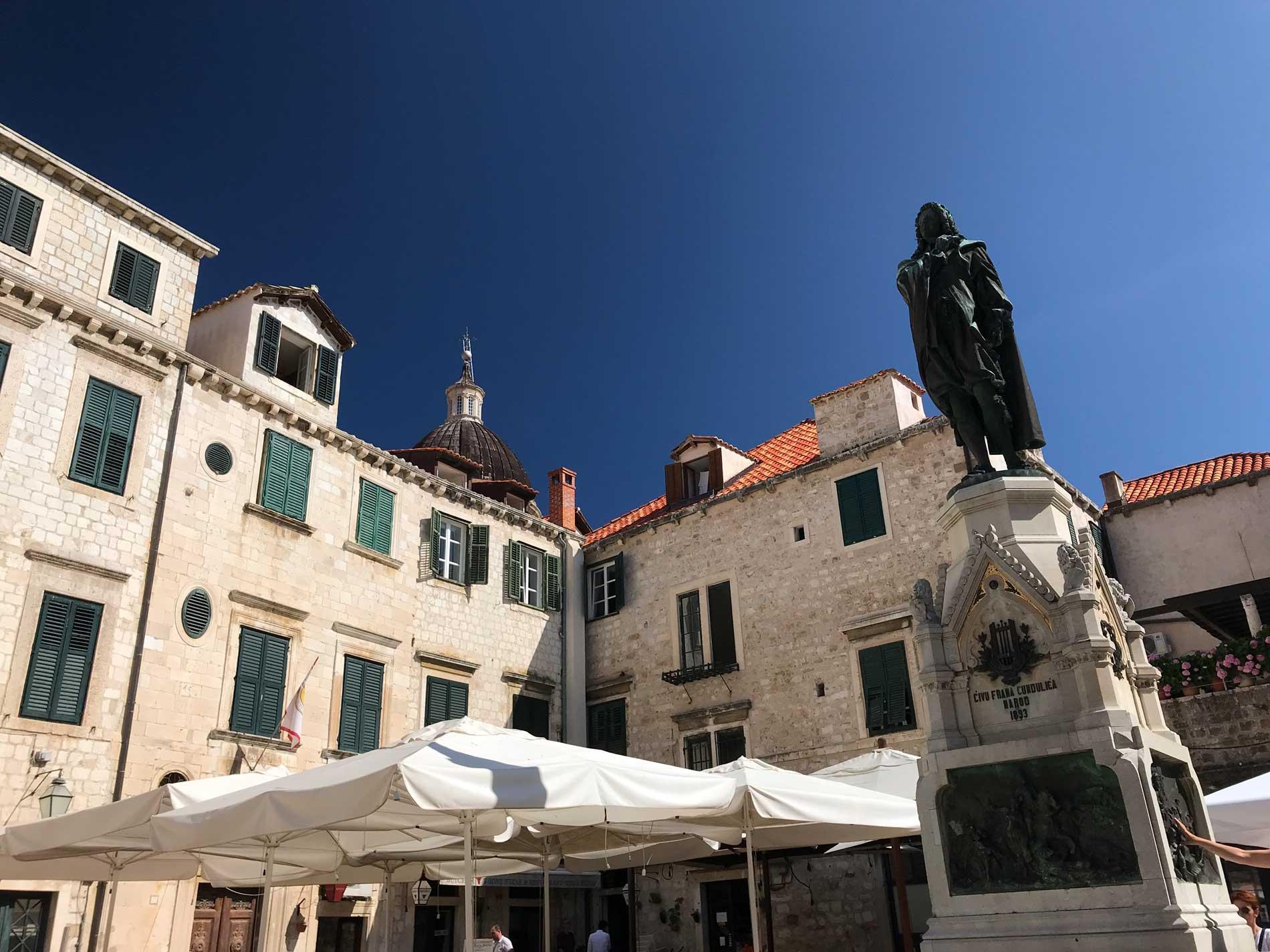Piazza-Gundulicev-Dubrovnik-Citta-Vecchia-statua-case