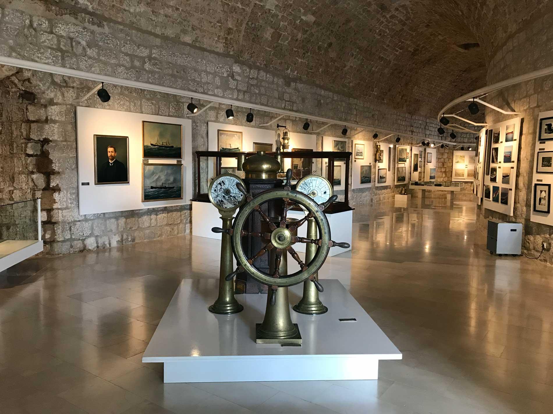 Dubrovnik-Croazia-Museo-del-mare-timone-quadri