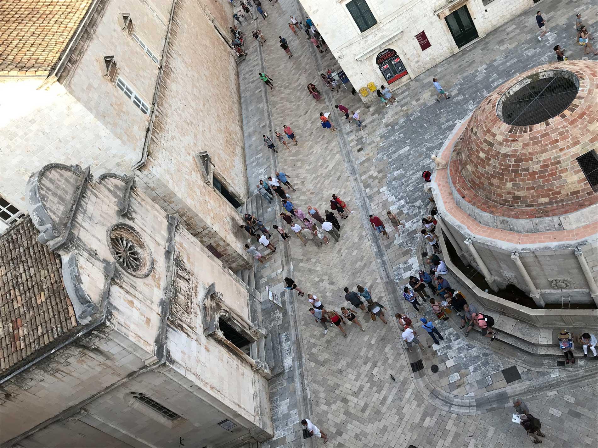 Dubrovnik-Croazia-vista-da-Porta-Pile-Fontana-Grande-di-Onofrio-Stradun