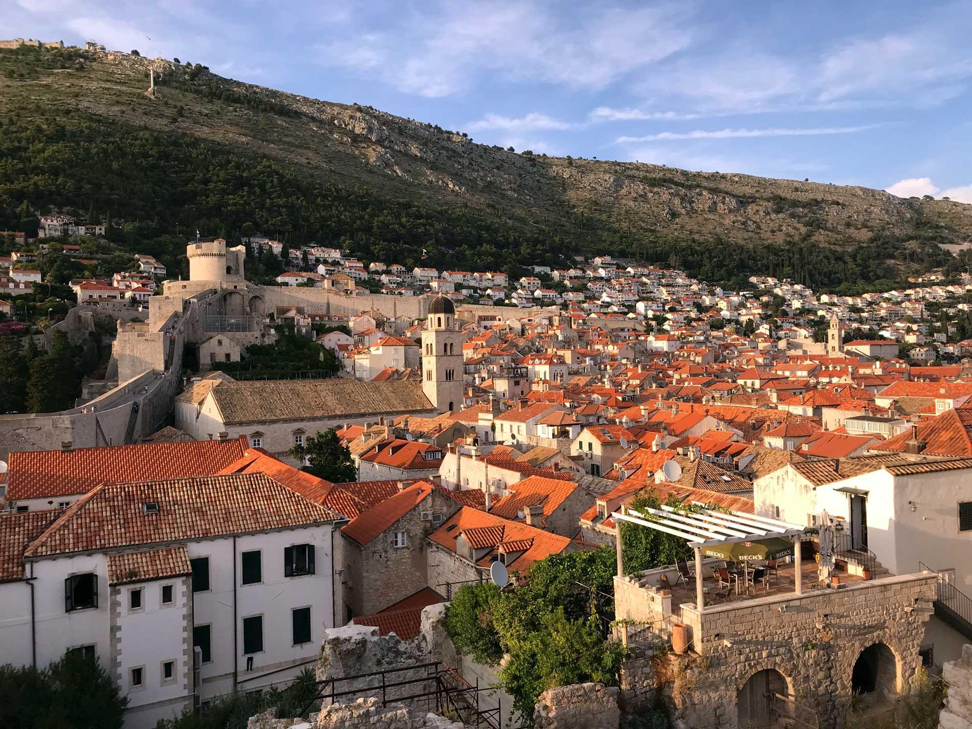 Dubrovnik-Croazia-vista-dalle-mura-Città-Vecchia-case-tetti-rossi