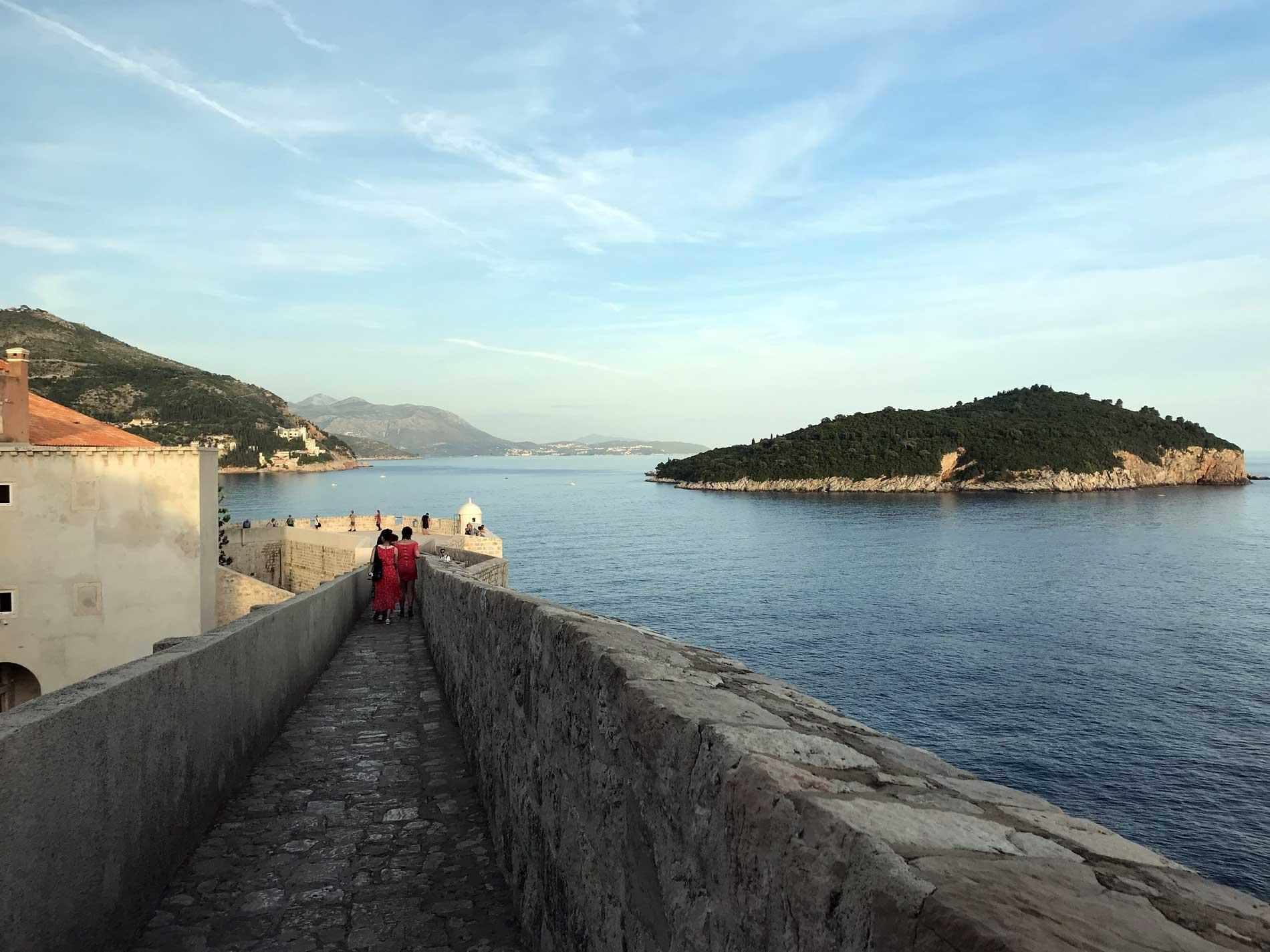 Dubrovnik-Croazia-vista-dalle-mura-isola-di-Lokrum-mare-Adriatico
