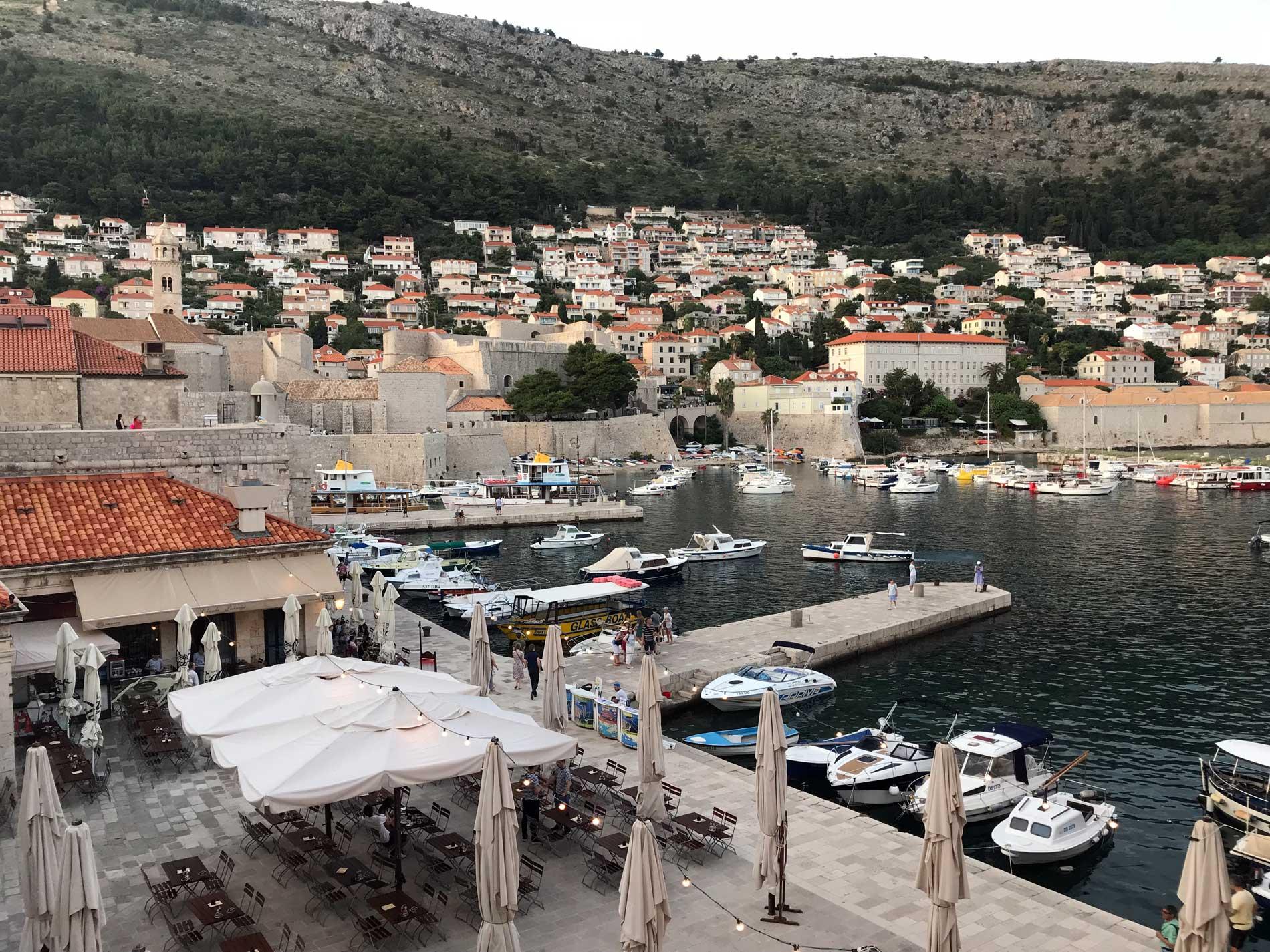 Dubrovnik-Croazia-vista-dalle-mura-Porto-Vecchio-barche-banchine