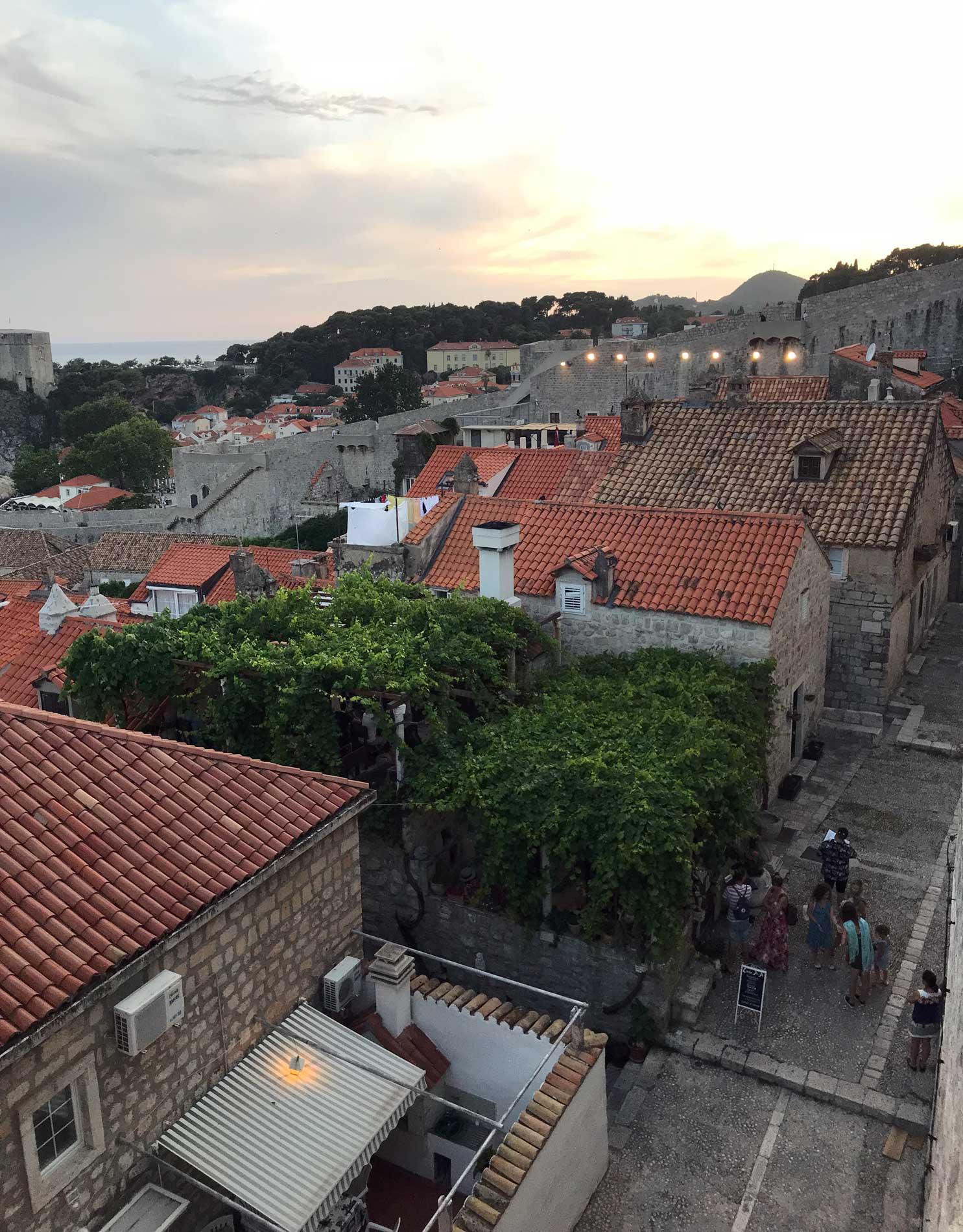 Dubrovnik-Croazia-vista-dalle-mura-case-tetti-rossi-strada