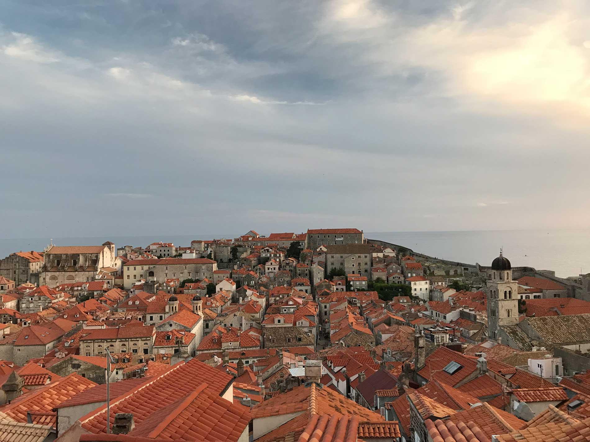 Dubrovnik-Croazia-vista-dalle-mura-case-tetti-rossi-monastero-francescano