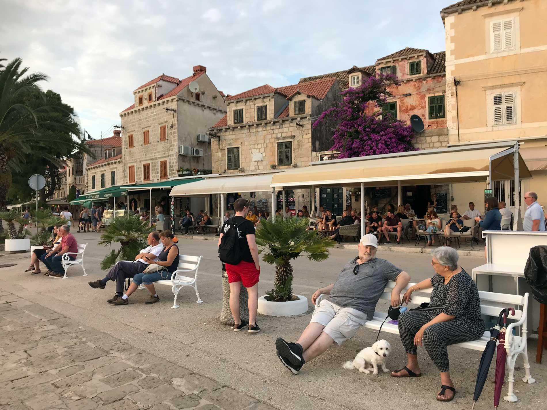 Cavtat-Dubrovnik-Croazia-persone-sedute-sulle-panchine