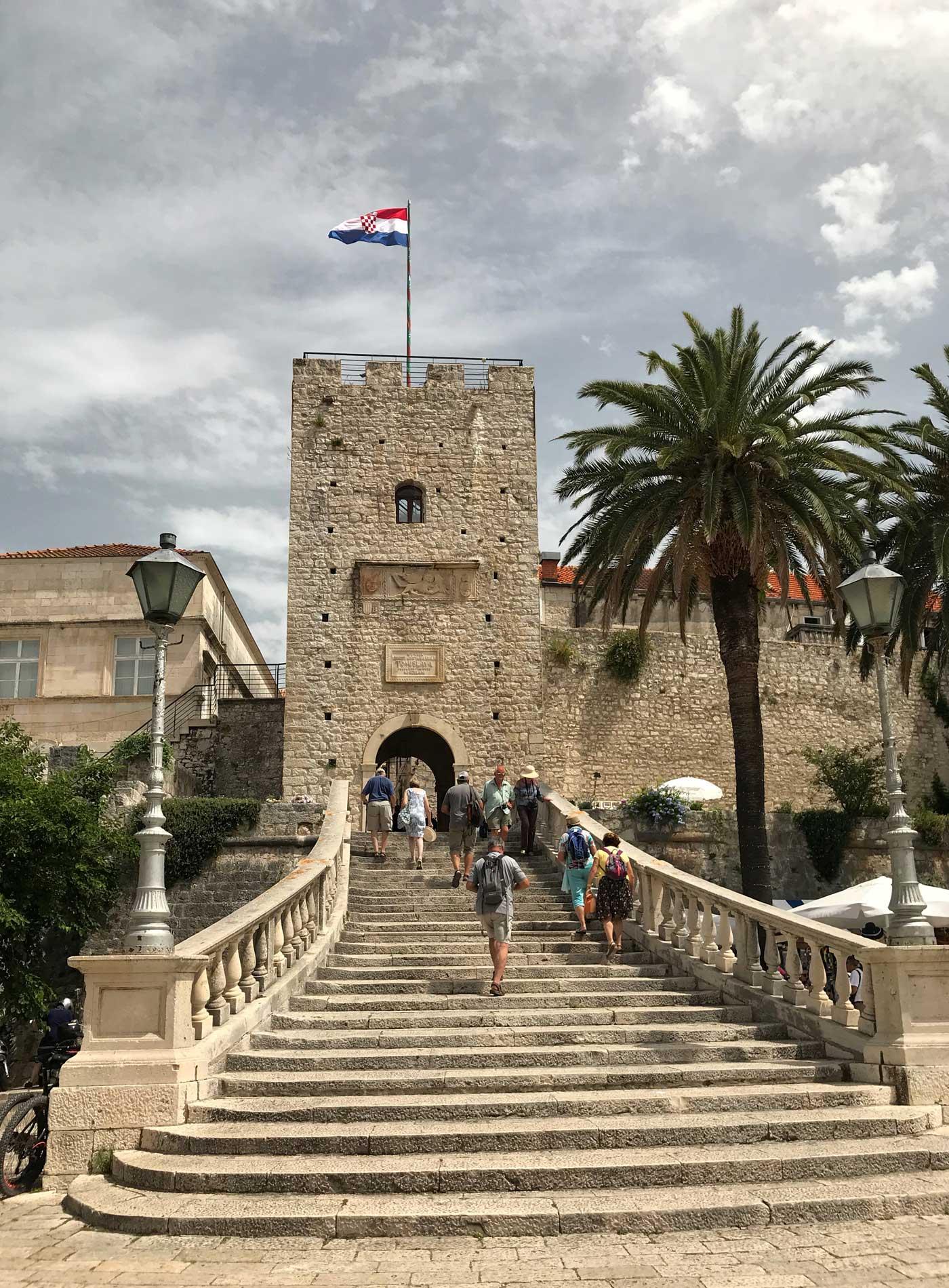 Korcula-Curzola-Croazia-Torre-de-Revelin-porta-di-terra-palma