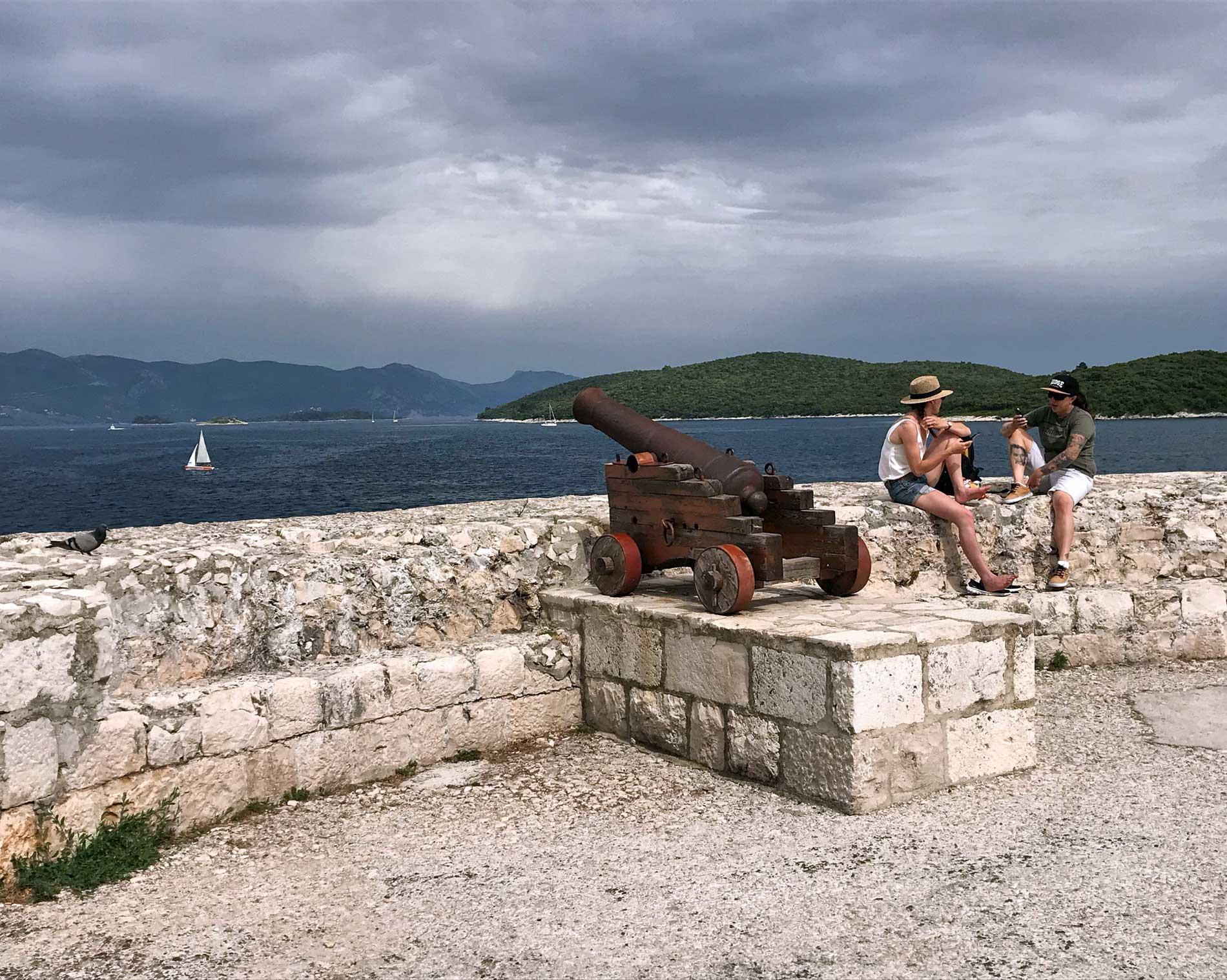 Korcula-Croazia-bastione-cannoni-ragazzi-mare