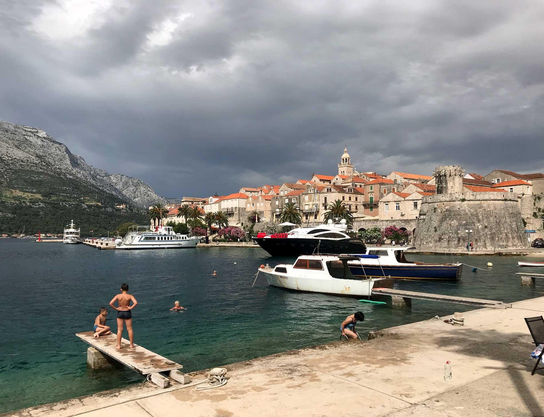 Korcula-Croazia-mare-yacht-bagnanti